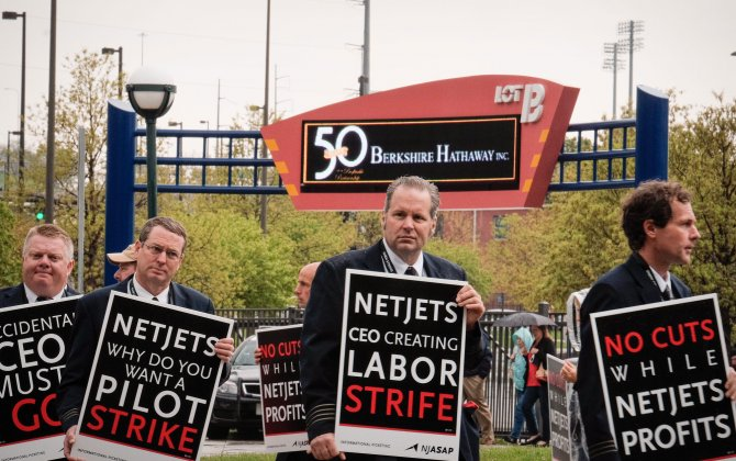 Pilots Conduct Largest Picket in History of Buffett's NetJets