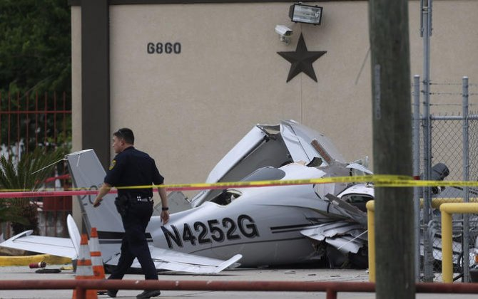 3 dead after plane crashes into car near Houston airport