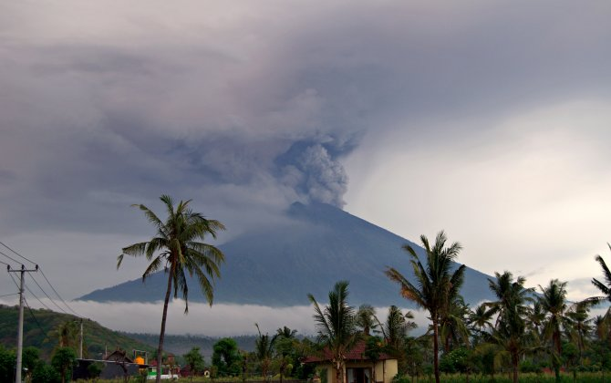 Bali volcano erupts again leaving passengers stranded