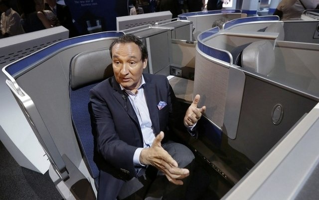 United Airlines to offer passengers up to $10,000 to surrender seats after dragging incident
